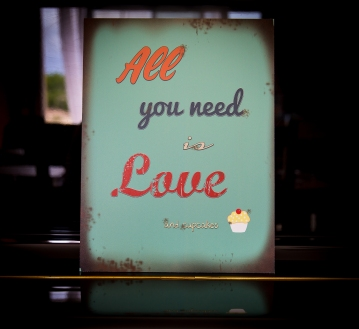 """All you need is Love (and cupcake)"" - Pancarte PVC 40 x 30 cm"